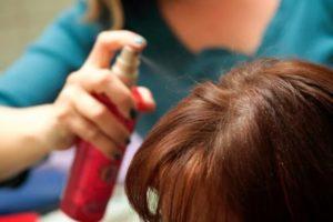 Брызгать волосы спреем